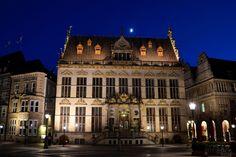 366 / Den schönen Schütting bewundern  - Der Schütting ist das Gebäude der Bremer Kaufmannschaft, ehemals Gilde- und Kosthaus der Kaufleute und seit 1849 der Sitz der Handelskammer Bremen. Seit 1973 steht es unter Denkmalschutz. Wir haben uns in diesem Fall für eine Detailaufnahme entschieden, wo von reichlich zu entdecken gibt.