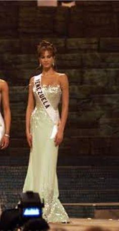 Miss Venezuela Srta Claudia Moreno,, en su presentación en Traje de Gala, en el Certamen de Miss Universe 2000...