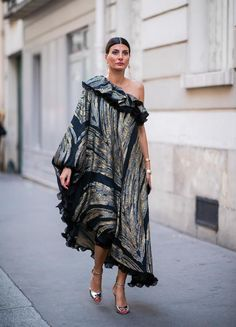 Giovanna Battaglia wearing a dress is seen outside Dundas on day two during Paris Fashion Week Haute Couture on July 2 2018 in Paris France Estilo Fashion, Look Fashion, Paris Fashion, Trendy Fashion, Girl Fashion, Fashion Dresses, Giovanna Battaglia, Cocktail Dress Attire, Dress Code For Women