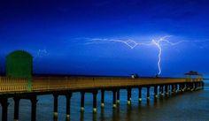 Ein starkes Gewitter überrascht Fischer an der Küste in der Nähe von Kuwait.