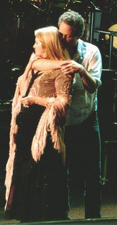Stevie Nicks & Lindsey Buckingham--such a sweet pic of these Stevie Nicks Lindsey Buckingham, Buckingham Nicks, Her Music, Music Love, Stephanie Lynn, Stevie Nicks Fleetwood Mac, Look Vintage, Vintage Rock, Great Bands