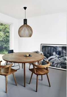 Minimalistic and warm dining area with a round dining table and dining chairs from Copenhagen Furniture Carpentry.