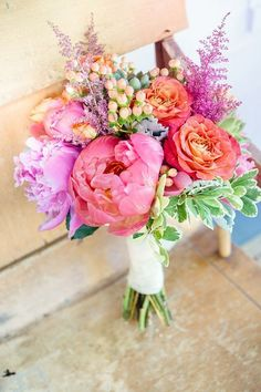 Colorful bridal bouquet with pink and purple details for a summer wedding.