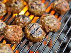 Gehaktballen op de barbecue zie je niet vaak maar doen het altijd goed. Leg ze los op de barbecue of rijg ze aan een stokje.