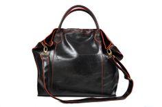 """Lo Shopper 8 Rosso in pelle """"crackata"""" una novità e un accessorio per ogni occasione, da solo rende il tuo """"look"""" speciale. Questa borsa è il risultato di uno studio al fine di ottenere un prodotto che sia espressione di pregio, bellezza e comodità. Il modello ha la tracolla e gli accessori in ottone bronzato. L'interno sfoderato evidenzia il colore della pelle Abbinato un borsellino a bustina per ogni uso. http://modaiole.it"""