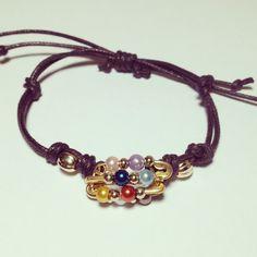 Pulsera de imperdibles con perlas de colores y cuero marrón