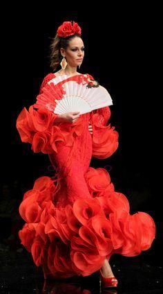 Flamenco on the catwalk Flamenco Dancers, Flamenco Dresses, Gala Dresses, Summer Dresses, Spanish Dress, Bravissimo, Spanish Woman, Beautiful Long Hair, Dance Costumes