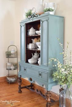 Painted China Cabinets, Painted Hutch, Shabby Chic Furniture, Vintage Furniture, Painted Furniture, Cupboard Makeover, Antique Hutch, Country Dining Rooms, Furniture Inspiration