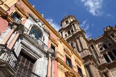 Málaga es famosa por su sol, por sus playas y por ser la cuna de Pablo Picasso. Lo que menos gente sabe es que aquí hay un museo para cada día del mes (o casi), diez maneras de pedir el café y cien especies diferentes de palmeras. También hay un puerto espectacular, renovado para recibir a los pasajeros de los muchos cruceros que arriban últimamente a la ciudad. Y un centro peatonal de lujo, enlosado con mármol. Para comer, pescaíto frito en un barrio marinero o tapas contemporáneas en el…