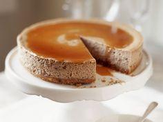 Haselnusskuchen mit Karamellsoße mit Karamellkeksboden |