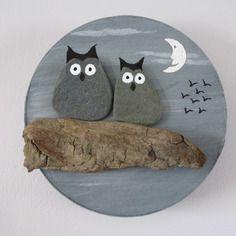 Tableau rond chouettes galets sur bois flotté peinture acrylique collages lune papier fait main unique