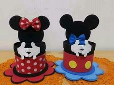 Learn how to make Mickey and Minnie Mouse sweets using super easy and inexpensive ideas that will allow you to make this craft without your pocket Baby Mickey, Dulceros Mickey Mouse, Mickey Mouse Crafts, Mickey Mouse Clubhouse Birthday, Mickey Party, Mickey Mouse Birthday, Minnie Mouse Party, Elmo Party, Elmo Birthday