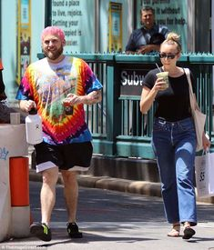 Colorful: Jonah Hill, and his new hot pink hair, met up with a lady friend for some iced c. Camisa Tie Dye, Workout Pics, Tavi Gevinson, Hot Pink Hair, Jonah Hill, Skater Boys, Pink Cotton Candy, Chill Outfits, Female Friends