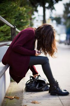 burgundy, Skinny jeans and short black moto boots, Biker boots, fall outfit ideas