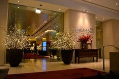 Guests are treated to a special delight with glorious festive entry into the Lobby of #RadissonBlu Hotel #Sydney. http://www.radissonblu.com/plazahotel-sydney