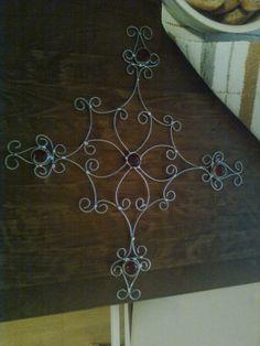 rautalangasta taivutettu tähti lasihelmillä.