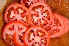 Si eres de las personas que desechan estas semillas, aquí te decimos los beneficios de comer las semillas de jitomate. Aportan mucho a tu salud.
