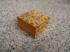 Scatola design arboreo. Scatola di legno con grafica a foglie rampicanti, interno unicolor. #red #wood #box #woodenbox #surprise #leafdesign
