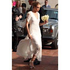 Pippa Middleton habillée en robe immaculée signée Alexander McQueen lors du Royal Wedding, Lottie Moss coiffée de fleurs fraîches au mariage de la brindille et de Jamie Hince, Cara Delevingne en Chanel sur-mesure pour assister à l'union de sa sœur et du businessman James Cook en mai dernier… Tradition anglo-saxonne oblige, la quête des tenues de demoiselles d'honneur est devenue presque aussi cruciale que celle de la robe de mariée. A l'approche des mariages estivaux, revue en images des…