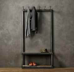 Mooie robuuste kapstok tegen een grijs gemarmerde muur. Helaasgeen idee waar deze kapstok vandaan komt..maar voor stucwerk Stucamor