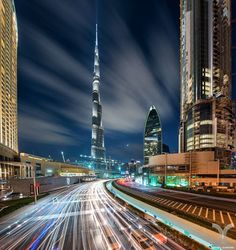 """""""Dubai Rush"""" por Daniel Cheong ....  Dubai es la ciudad más poblada de los Emiratos Árabes Unidos. Se encuentra en la costa sureste del Golfo Pérsico y es uno de los siete emiratos que conforman el país. Abu Dhabi y Dubai son los únicos dos emiratos para tener poder de veto sobre los asuntos críticos de importancia nacional en la legislatura del país. La ciudad de Dubai está situado en la costa norte del emirato y dirige el Dubai-Sharjah-Ajman  https://500px.com/danielcheong1"""
