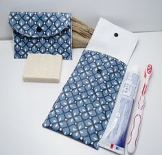 Etui à brosse à dents + étui à savon ,bleu ,noir et blanc,Kit du voyageur,pièce unique,originale,cousu main Diy Pochette, Charity Ideas, Diy Sac, Organisation Hacks, Sewing Projects, Pouch, Business, Bags, Diy