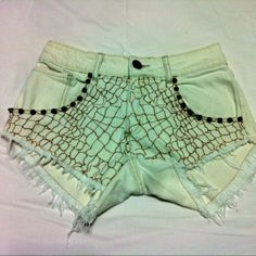Shorts curto com aplique e spikes