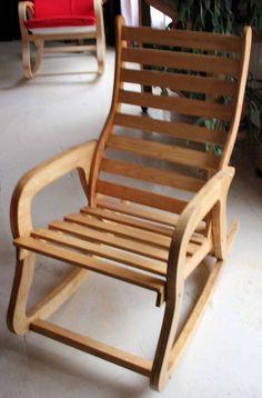 FAUTEUIL A BASCULE EN BOIS DE PIN POUR LA DÉTENTE APRES UNE DURE JOURNÉE DE TRAVAIL LARGEUR : ASSISE 45 cm , PROFONDEUR ASSISE :45 cm LARGEUR TOTAL : 50 cm HAUTEUR TOTAL :97: cm se fauteuil est livrable sous 8 a 15 jours car il est fabrique après la commande un photos vous est