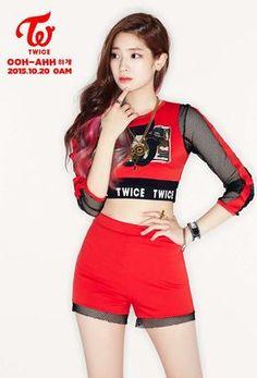 Nombre: Dahyun (다현). Nombre real: Kim Da Hyun (김다현 | 金多賢). Pronunciación: Kim Da Jión. Apodos: Tofu, Dubu. Profesión: Cantante, rapera y bailarina. Fecha de nacimiento: 28-Mayo-1998 (17 años) Edad coreana: 18 años. Lugar de nacimiento: Gyeonggi-do, Corea del Sur. Altura: 162cm. Peso: 49kg. Tipo de Sangre: O. Signo Zodiacal: Géminis. Zodiaco Chino: Tigre. Agencia: JYP Entertainment.