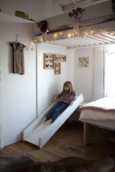 Small Space Kids Slides Sliding Bed in the Children's Room from 15 Radical Kids' Climbing and Sliding Spaces Boy Room, Kids Room, Room Baby, Casa Kids, Indoor Slides, Kids Climbing, Indoor Climbing, Deco Design, Kid Spaces