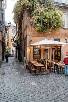 The Coolest Neighbourhoods in Rome - Trastevere/ an experts guide on where to stay in Rome, Italy - Visit Rome, Visit Italy, Rome Travel, Italy Travel, Travel Europe, Budget Travel, Sweden Travel, Travel Hacks, Travel Essentials
