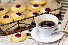 Runebergin päivä lähestyy. Leivo vaihteeksi pikkuleipiä, joissa maistuu tutut maut hieman erilaisessa muodossa: Runebergin pikkuleivät Finnish Recipes, Scandinavian Food, Cookie Jars, Cake Pops, Tart, Waffles, Biscuits, Sweet Tooth, Cheesecake