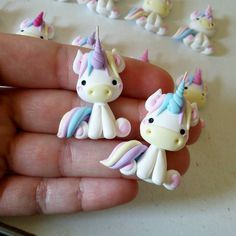 Cute unicorn cake toppers for kid's birthday party, baby shower, birthday cupcakes and cookies Fimo Polymer Clay, Polymer Clay Figures, Polymer Clay Animals, Polymer Clay Projects, Polymer Clay Creations, Polymer Clay Jewelry, Clay Crafts, Fimo Kawaii, Diy Cadeau Noel
