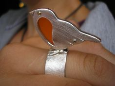 Handarbeit setzt der Fantasie keine Grenzen. Rotkehlchen-Ring aus Silber, Gold und Plexiglas.