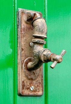 A tap at the door Door Knobs and Knockers Door Knockers Unique, Door Knobs And Knockers, Knobs And Handles, Door Handles, Cool Doors, Unique Doors, Porte Diy, Door Accessories, Door Furniture