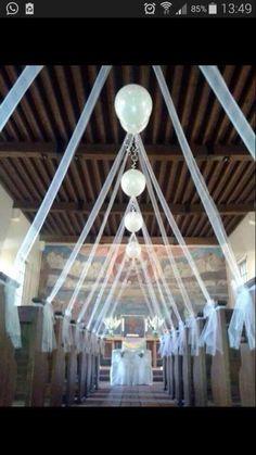 Luftballons in der Kirche