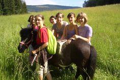 Ein Spaziergang mit unserem Pony.  http://www.ponyhof-familienhotel.at