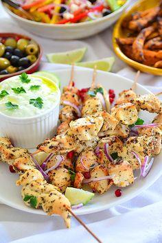 Greckie souvlaki (szaszłyki) z kurczaka  - etap 1 Kabobs, Skewers, Cooking Recipes, Healthy Recipes, Kielbasa, Tzatziki, Chicken Wings, Potato Salad, Main Dishes