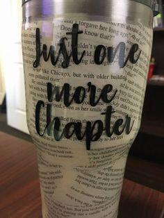 Tumbler für die Leser in meinem Leben - Cricut ideas - Epoxy Diy Tumblers, Custom Tumblers, Glitter Tumblers, Tasse Thermos, Tumblr Cup, Cup Crafts, Glitter Cups, Glitter Balloons, Cute Cups