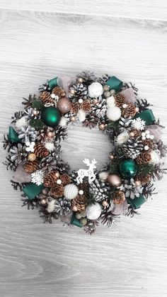 Super front door decorations for christmas ornaments Ideas Classy Christmas, Noel Christmas, Christmas Crafts, Christmas Ornaments, Ornaments Ideas, Green Christmas, Christmas Wreaths For Front Door, Holiday Wreaths, Door Crafts