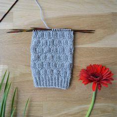 7 helppoa ideaa sukanvarteen - oikea ja nurja silmukka riittävät! Knitting Stitches, Knitting Socks, Crochet Socks, Knit Crochet, Boot Toppers, Wool Socks, Diy Projects To Try, Mittens, Sewing