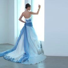 Abito da sposa azzurro 2016 tendenze moda: gli abiti da sposa azzurri e blu da abbinare ai modelli bianchi da sfoggiare durante i prossimi matrimoni.