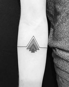 15 Tattoos That Literally Everyone Got In 2016 Small Geometric Tattoo, Geometric Sleeve Tattoo, Geometric Tattoo Design, Dreieckiges Tattoos, Line Tattoos, Sleeve Tattoos, Tribal Forearm Tattoos, Triangle Tattoos, Wrist Tattoos For Guys