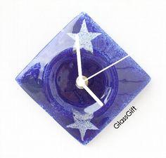 Mini relógio em vidro - parede Cor predominante: azul/estrelas Peça Exclusiva  12 x 12cm R$36,00