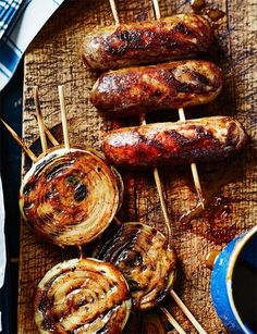 Sticky glazed sausages and onion rings Sticky glazed sausages and onion rings - Absolutely perfect for on the barbecue Barbecue Recipes, Grilling Recipes, Cooking Recipes, Pasta Recipes, Good Food, Yummy Food, Sausage Recipes, Onion Recipes, Onion Rings