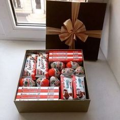 We definitely wouldn't turn down this gift box! Valentine Chocolate, Chocolate Gifts, Christmas Gifts For Kids, Christmas Diy, Diy Birthday, Birthday Gifts, Craft Gifts, Diy Gifts, Chocolate Bouquet