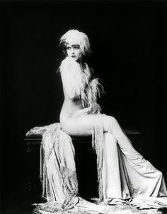 Ziegfeld+Follies+Showgirls+from+the+1920s+by+Alfred+Cheney+Johnston+(16).jpg (640×822)