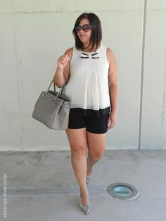 PLUS SIZE WOMEN CURVY SHORTS SHIRT HEELS CURVES REAL WOMAN MUJER CON CURVAS TALLA GRANDE http://www.vistetequevienencurvas.com/2014/09/lazos-mi-pequena-obsesion-outfit.html #OUTFIT