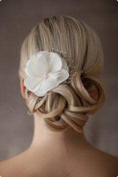 Romantische Braut-Seidenblüte mit Perle und Netzschleier. Ein perfekter Begleiter auch für einen festlichen Standesamt Termin. <br />