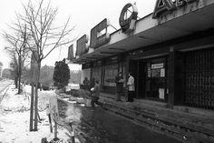 Mester utca 72., ABC áruház, háttérben a Haller utca (Hámán Kató út) sarkán álló Szent Vince templom. 1980